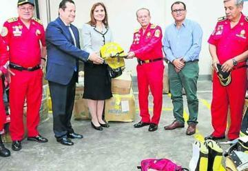 Cónsul dona equipos para compañías de bomberos