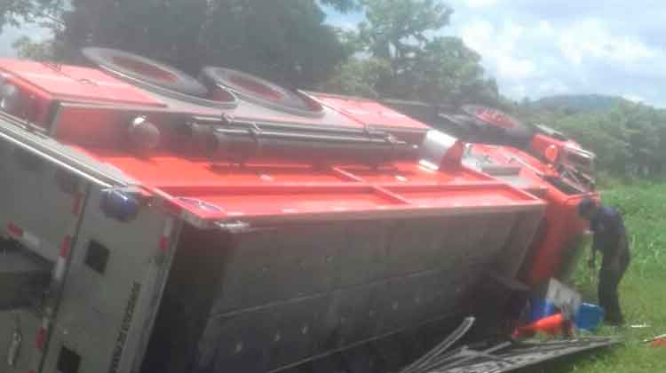 Vuelca carro de bomberos de Bomberos de Panamá