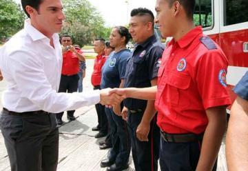 Entregan camión donado a bomberos de Cancún