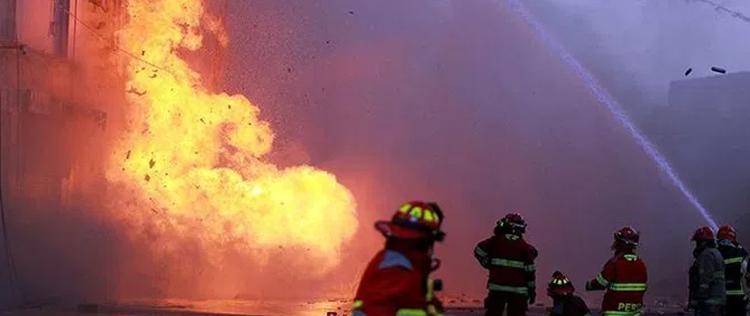 Incendio en Las Malvinas deja dos bomberos en estado crítico