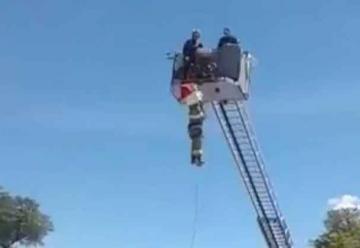 Bombero sufrió caída de una escalera en Cuenca