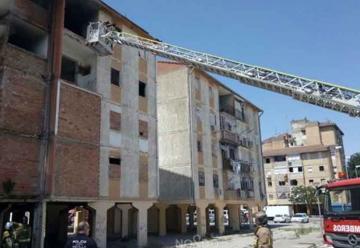 Un bombero herido leve en un incendio en Sevilla