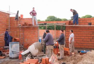 Bomberos de Claromecó trabajan en la construcción de galpón