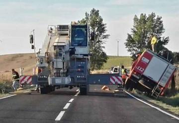 Camión de bomberos de la Diputación cae en cuneta