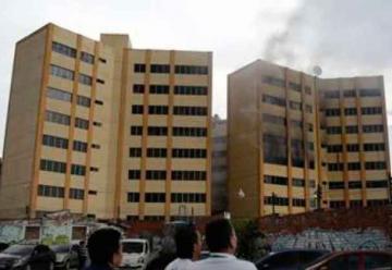 Dos muertos y 50 rescatados en incendio de Ministerio