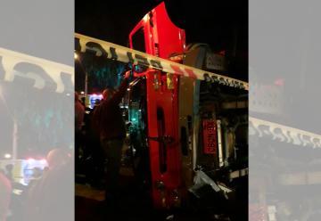 Carro de bomberos terminó volcado tras chocar con vehículo