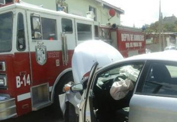 Chocan carro de bomberos en plena estación de bomberos