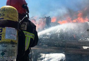 Un bombero herido en choque e incendio de dos trailers