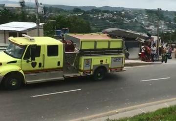 Jóvenes impiden ingreso de bomberos para apagar incendio