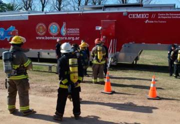Bomberos se capacitan con un camión simulador de emergencias