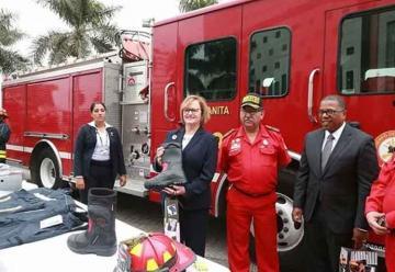 Bomberos peruanos reciben equipos de Estados Unidos