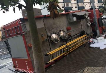 Camión de bomberos vuelca en Tomé Cano sin dejar heridos