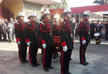 Despiden a bombero que murió en fatal caída de un edificio