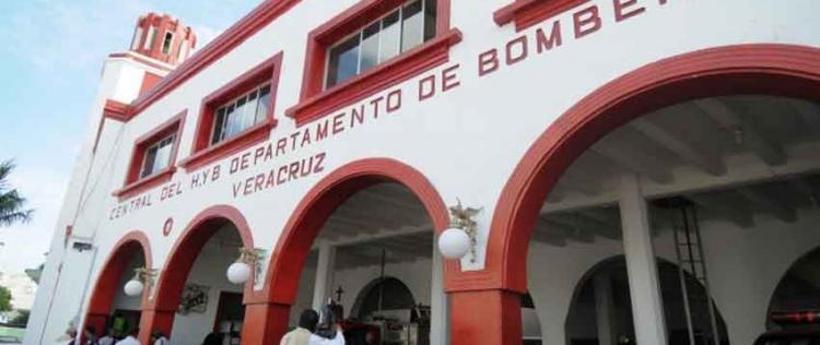 Roban placas de esculturas de bomberos de Veracruz