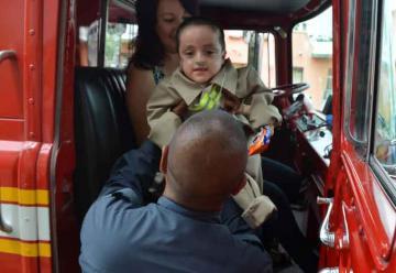 Cumplen el sueño de ser bomberos a niño de 5 años