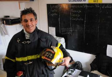 """El director bombero que apaga los """"incendios"""" del aula y de la vida"""