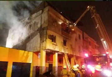 Incendio consumió un edificio de 3 plantas en Guayaquil