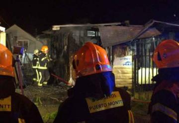 Dos bomberos lesionados deja incendio de vivienda
