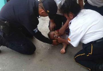 Bomberos reaniman a un niño que cayó en un balde con agua