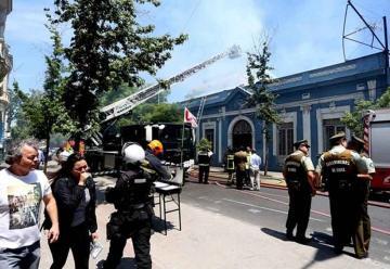 Incendio en el centro de Santiago afecta sede de la universidad UTEM