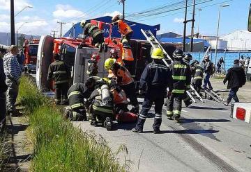 Bomberos lesionados deja volcamiento de unidad en Coronel