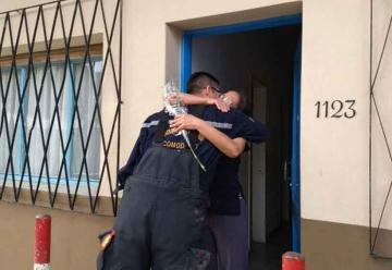 Emocionante homenaje de los bomberos a sus madres