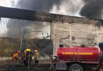 Fuerte incendio acaba con bodega y daña casas en Apatzingán