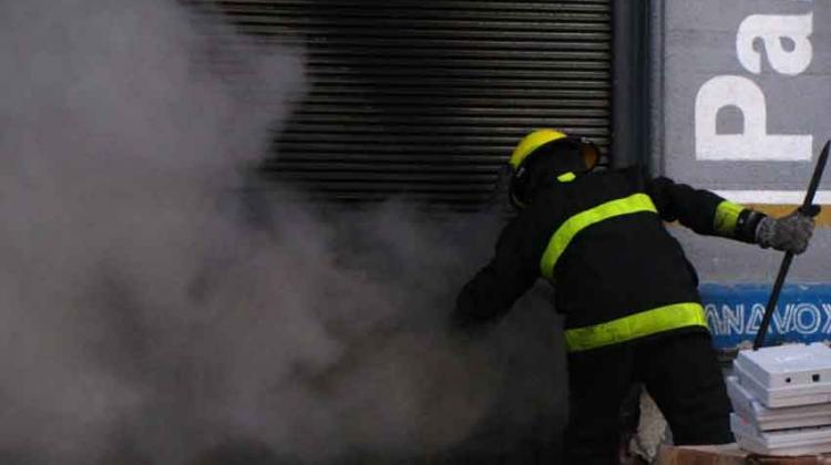 Duras críticas a Bomberos tras incendio en depósito de lácteos