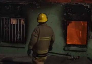 Bombero Sufre quemaduras en incendio de una casa