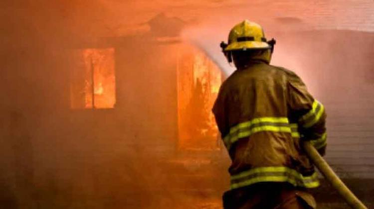 Bombero sufre lesión en incendio gasolinera