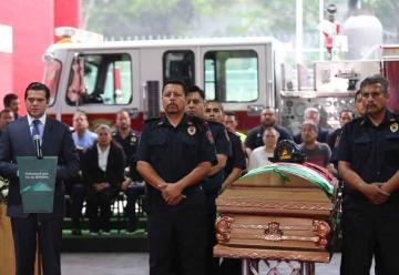 Rinden homenaje a bombero caido en cumplimiento del deber