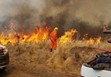 Más de 120 bomberos luchan contra el fuego en Traslasierra