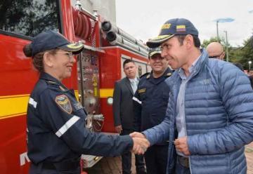 Bomberos de Colombia recibieron dotación de 13 vehículos extintores