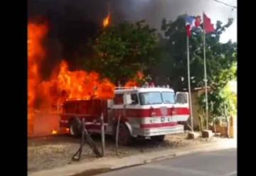 Incendio destruye estación de bomberos y una casa