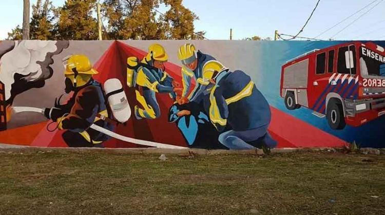 Un mural le rinde homenaje a los Bomberos de Ensenada