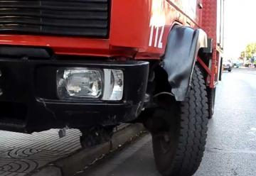 Choque entre un coche y un camión de bomberos deja tres heridos