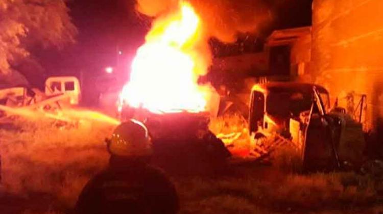 Atacaron el cuartel de Bomberos provocando incendios