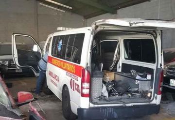 Bomberos y vecinos hacen esfuerzos para recuperar ambulancia
