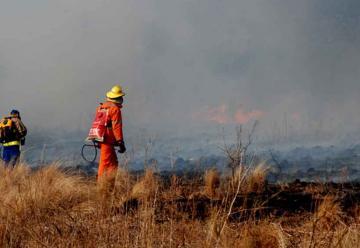 Bomberos continúan trabajando en tres incendios activos