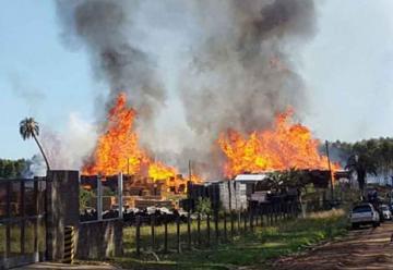 Bomberos combatieron gran incendio en Parque Industrial