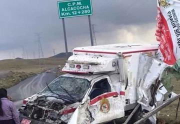 Ambulancia de Bomberos choca y queda destrozada
