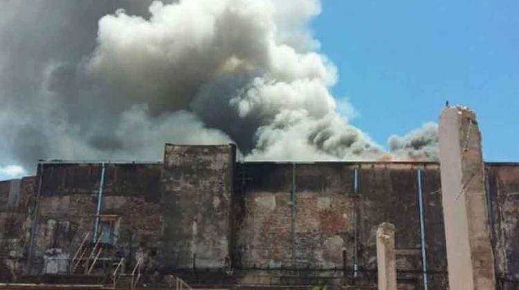 Bomberos controlan incendio de depósito en el puerto de Asunción
