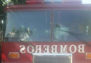Apedrearon y robaron a bomberos mientras apagaban un incendio