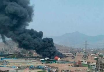 Bomberos logran controlar incendio que consumió fábrica textil