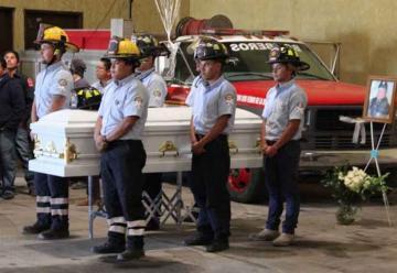 Homenajean a bombero que era sordomudo