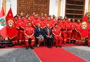 Cancillería condecora a grupo especializado de bomberos