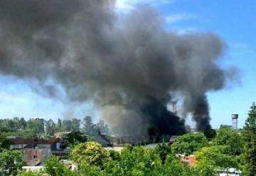 Impresionante incendio en un depósito judicial en Bernal
