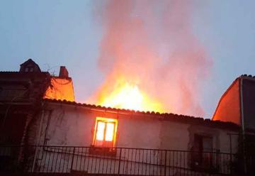 Dos bomberos resultan heridos en la extinción del incendio