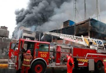 Bomberos logran controlar fuego en almacén tras 10 horas