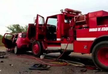 Choca camión de Bomberos contra auto, un muerto